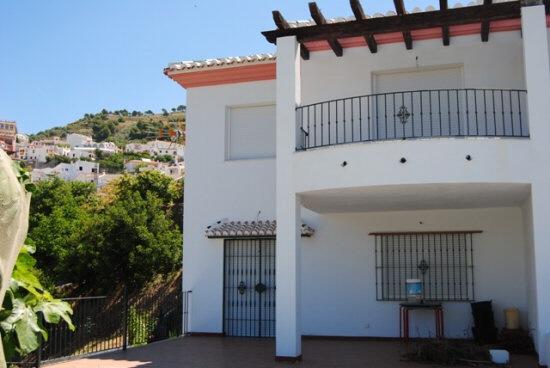 Einzigartige Doppelhaus mit großem Grundstück in Canillas de Albaida, Málaga