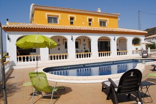 Imposante Villa mit traumhaften Pool und überweltigender Aussicht