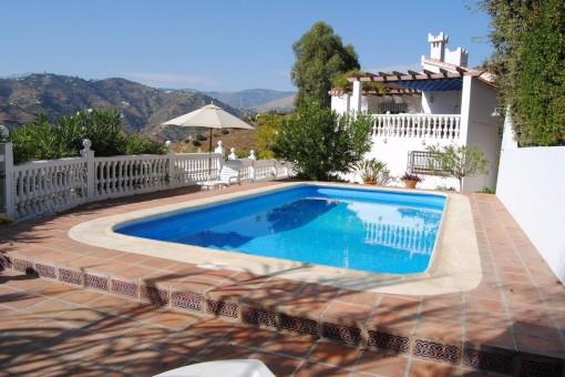 Helle Villa mit privatem Pool und Blick auf die Berge