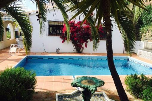 Attraktives Landgut mit separater Gästeunterkunft und Meerblick in Sayalonga