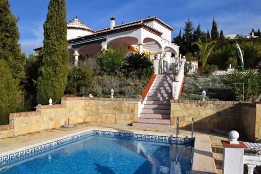 Traumhafte Villa mit herrlichem Panoramablick auf das Meer und die Berge.