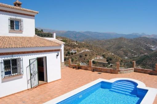 Moderne Villa mit traumhaften Blick auf das Meer und die Berge