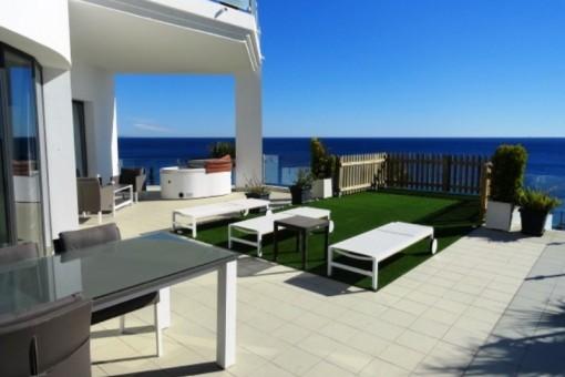 Moderne Luxusvilla zum Verkauf oberhalb vom Strand mit Pool, Jacuzzi und Riesenterrasse