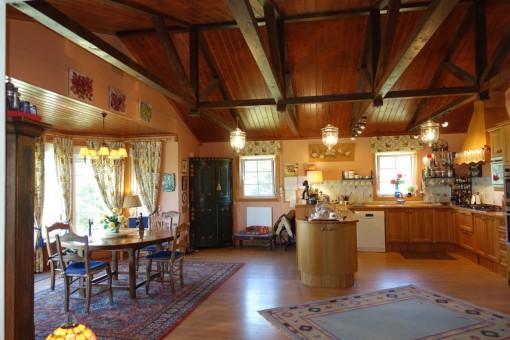 Die große und voll ausgestattete Küche