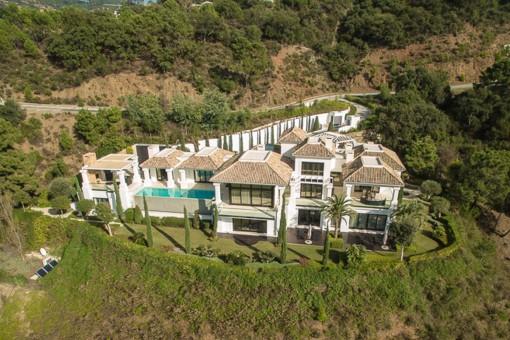 Zeitgemäße und qualitativ hochwertige Villa mit spektakulären Blick in die Berge in La Zagaleta, Benahavis