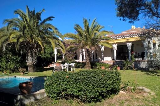 Freistehende Villa mit großem Grundstück nahe des Strandes
