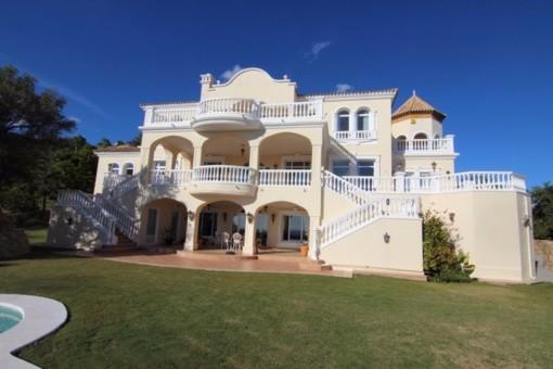 Imposante Villa mit Panoramablick auf die Küste