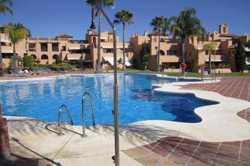 apartment kaufen in benahav s andalusien mit pool balkon. Black Bedroom Furniture Sets. Home Design Ideas