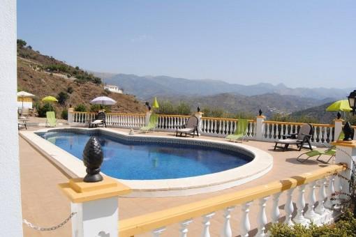 Sonnige Terrasse mit Pool