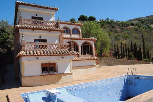 Villa mit großartiger Architektur und überwältigendem Aussblick auf das Tal und die Berge
