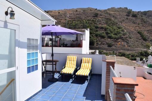 Sonnige Terrasse mit Sitzbereich