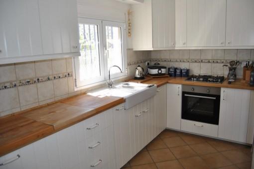 Helle und komplett ausgestattete Küche