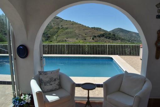 Blick von der Terrasse auf den Pool und die umliegende Umgebung