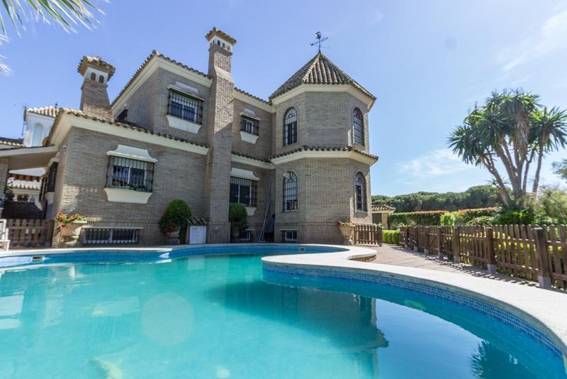 Luxuriöse Villa mit großem Pool am Meer