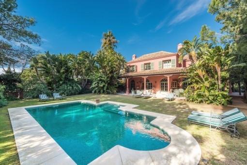 Romantische freiliegende Villa in der unmittelbaren Nähe zu Marbella mit einem verwunschenem Garten