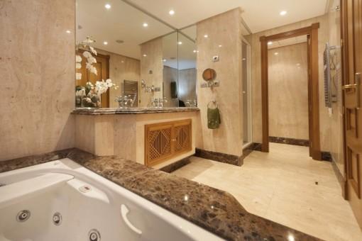 Das Badezimmer mit Jacuzzi