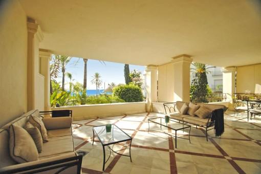 Exzellente Erdgeschosswohnung in erster Linie Strand von Los Monteros, Marbella