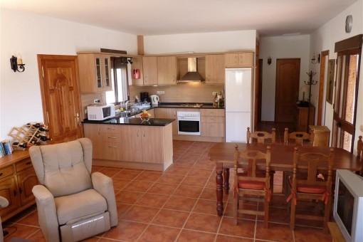Das Wohnzimmer mit Blick auf die Küche