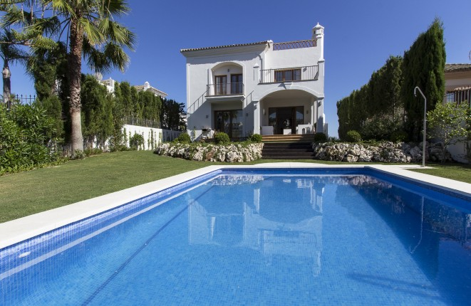 Neue Villa mit Meerblick im Golfplatz zwischen Estepona & Marbella