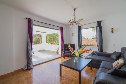 Wohnzimmer mit Zugang zur Terrasse