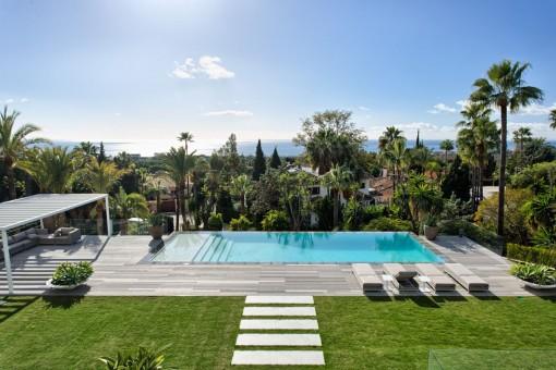 Kürzlich renovierte Villa in Top Qualität mit atemberaubendem Meerblick in Marbella Ost.