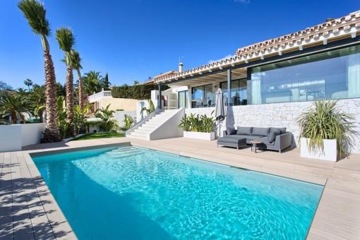 Charmante Villa in Marbella Ost mit großartigem Meer- und Küstenblick.