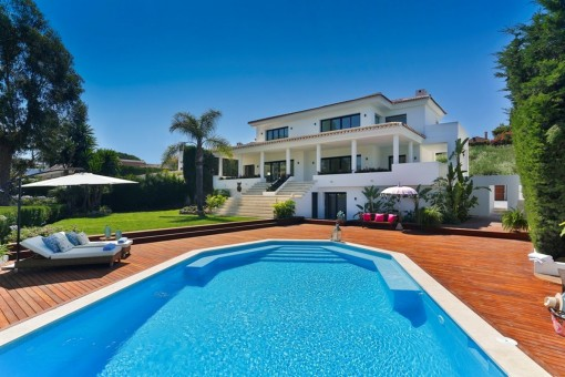Moderne Golf-Villa in Nueva Andalucia mit herausragender Aussicht