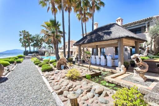 Idylische Terrasse mit äusserem Essbereich und Pool