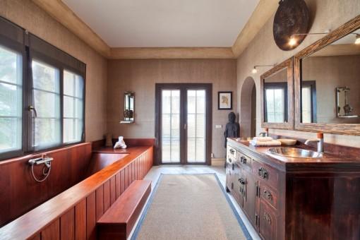 Originelles Badezimmer mit Badewanne aus Holz