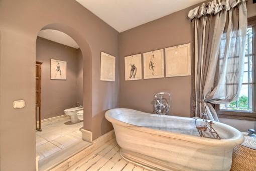 Herrliches Badezimmer mit Badewanne