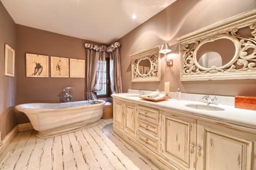 Alternativer Anblick vom Badezimmer mit Doppelbecken