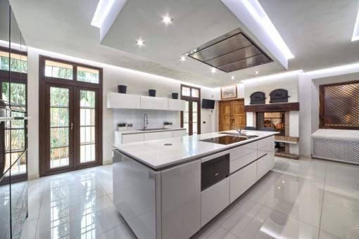 Moderne voll ausgestattete Küche mit Speisekammer