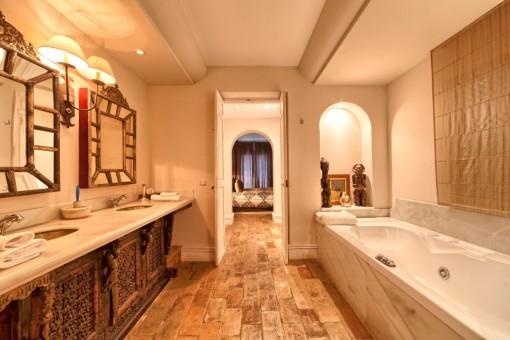 Zweites Badezimmer mit Hydromassage-Badewannebathroom with hydromassage tub
