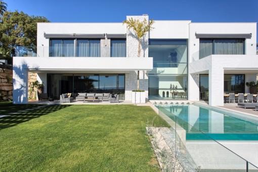 Moderne, hochwertige Neubauvilla mit Panoramablick in La Alqueria, Benahavis
