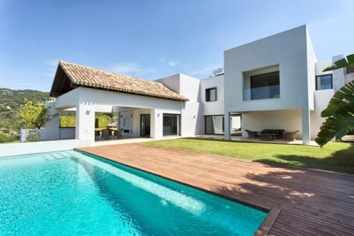 Moderne, offene Villa im Los Arqueros Golf Resort an der Ronda in Benahavis