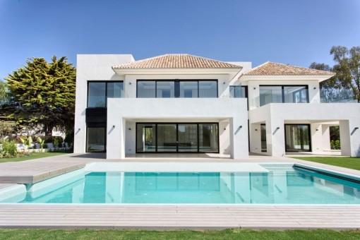 Neue großzügige und zeitgenössische Villa in Urb. Casanola, Guadalmina Baja, Estepona