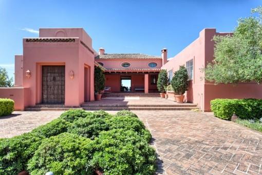 Schöne und gemütliche auf der Spitze eines Hügels gelegene Qualitätsvilla mit atemberaubender Aussicht in Marbella Club Golf Resort, Benahavis.