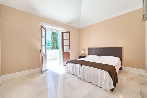 Großer Schlafbereich mit Zugang zur Terrasse