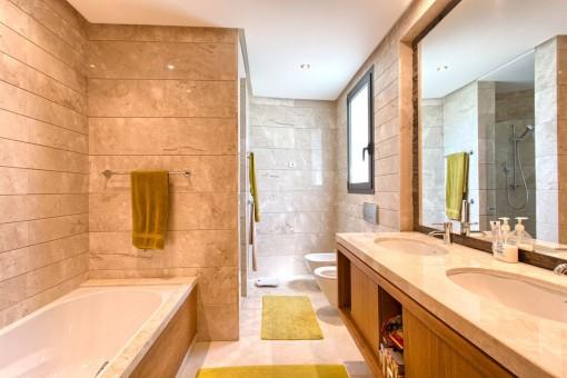 Geräumiges Hauptbadezimmer mit Badewanne und Dusche