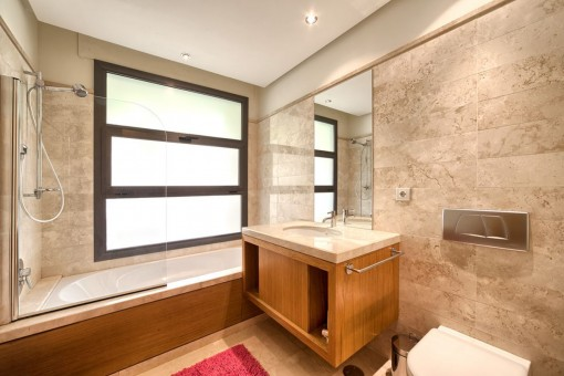 Helles Gästebadezimmer mit Badewanne