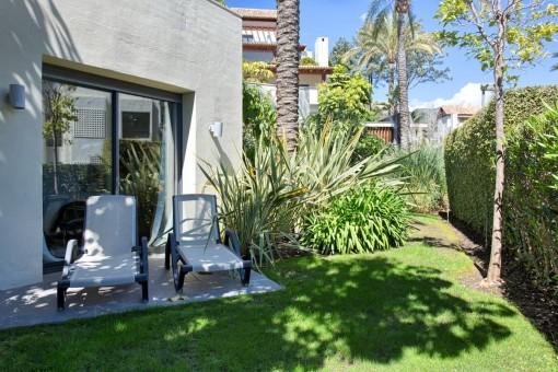 Unüberdachte Terrasse und der Garten