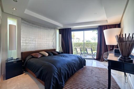 Herrliches Hauptschlafzimmer mit Zugang zur Terrasse