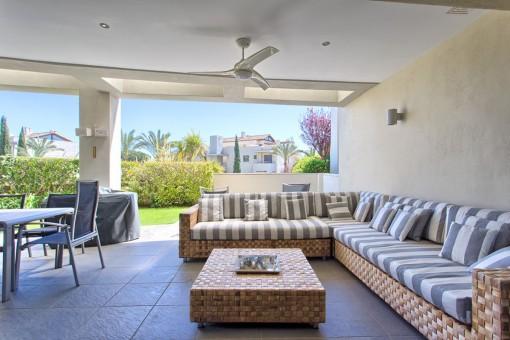 Charmante überdachte Terrasse mit Lounge