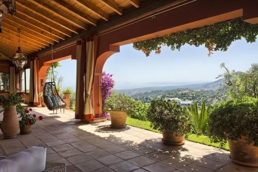 Überdachte Terrasse mit Holzdeckenbalken