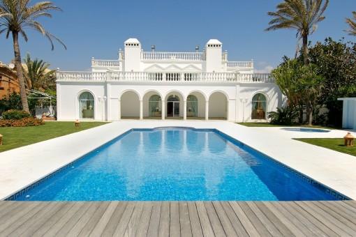 Villa im arabischen Stil in erster Meereslinie in Marbella