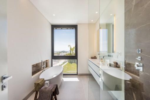 Nobles Badezimmer mit ebenerdiger Duscher