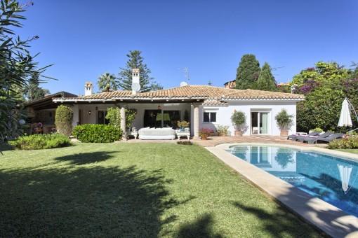 Gut präsentierte Villa mit Pool in El Paraiso