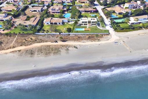 Bezugsfertiges Designer-Villaprojekt direkt am Strand an der New Golden Mile, Estepona