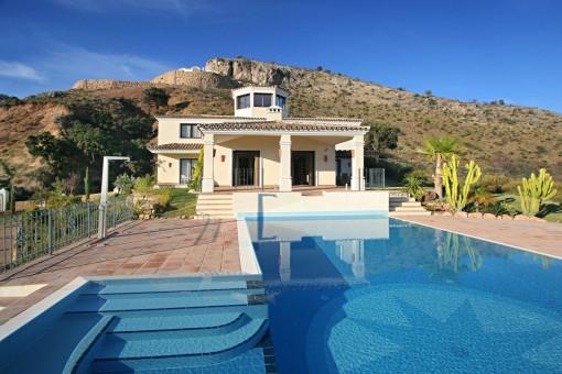 Atemberaubende Villa auf einem beeindruckenden Grundstück mit Meerblick in Benahavis
