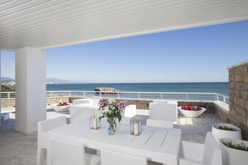 Neubauwohnungen im mittleren Stockwerk mit Meerblick direkt am Strand in Casares